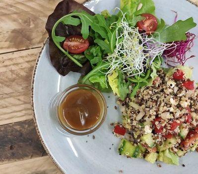 Salade de quinoa multicolore et avocat
